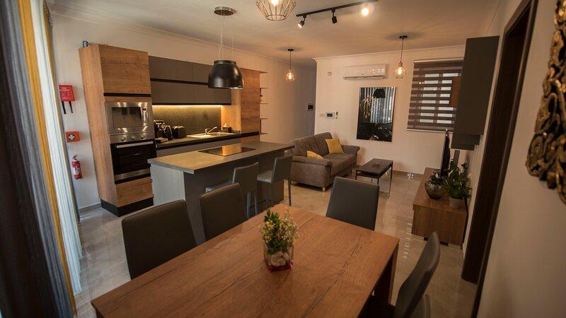 Central & modern 3 bedroom apartment/flat in Malta, vacation rental in San Gwann