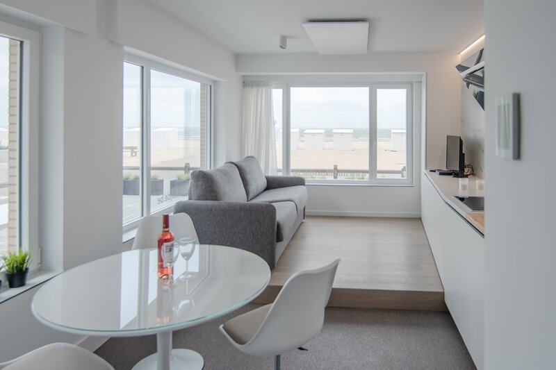 State-of-the-art studio with frontal sea views in Koksijde!, aluguéis de temporada em Veurne