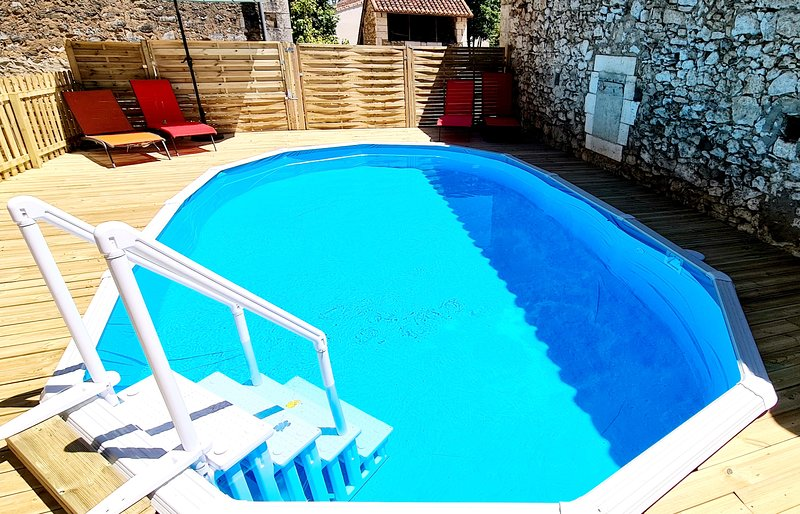 Large House with Pool Near Brantome. Sleeps 8, alquiler vacacional en Brantome en Perigord City
