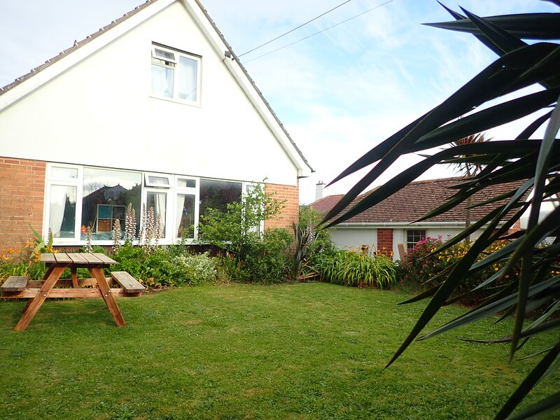 Family beach house 5 minutes walk to the beach, vacation rental in Westward Ho