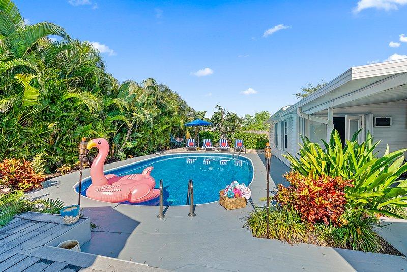 VILLA TROPICANA BY DIGSIFY | HEATED POOL | BBQ | BEACH | MALL | WATER PARK | PGA, holiday rental in Palm Beach Gardens