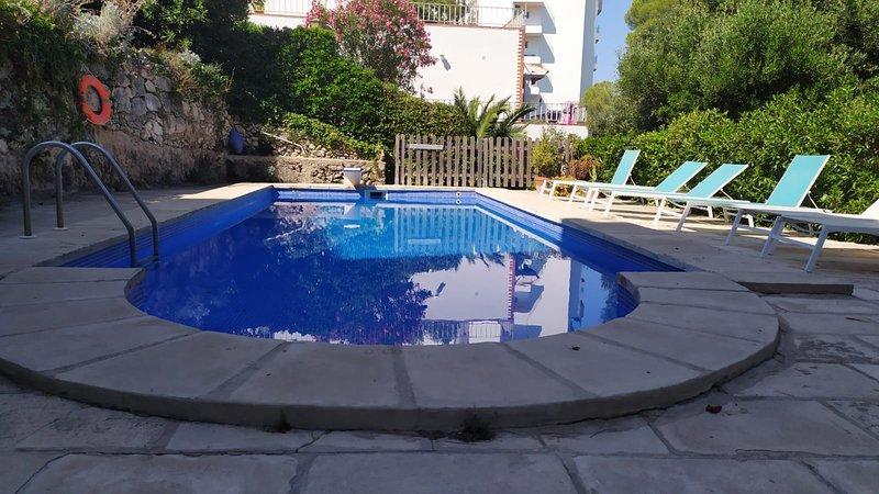 Apartamento Can Pons, con piscina, a 50m de la playa, holiday rental in Cala Galdana