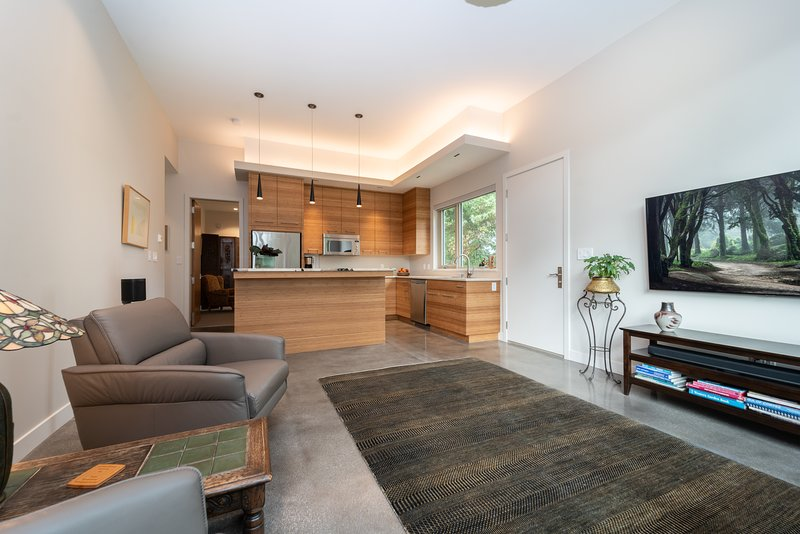Private Modern Queenswood Suite in Cadboro Bay, holiday rental in Lime Kiln