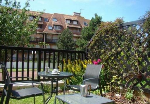 Nice studio with garden & terrace, casa vacanza a Bourgeauville