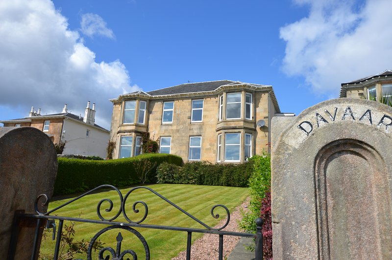 Davaar Holiday Apartment, shore front Dunoon, stunning views., holiday rental in Blairmore