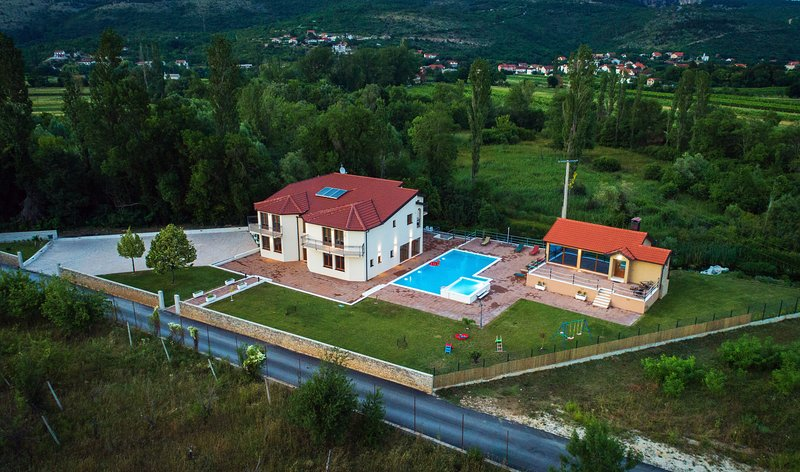 Villa Perinusa - large swimming pool, perfect relaxation house, vacation rental in Donji Prolozac