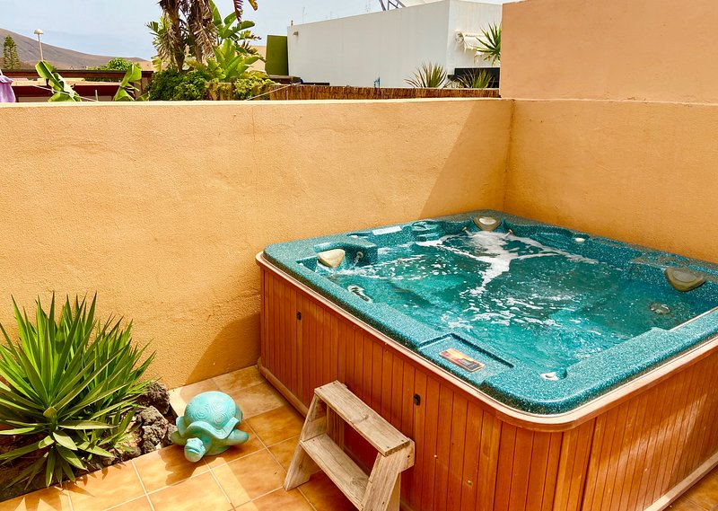 Delightful detached holiday villa with pool & hot tub, location de vacances à Corralejo