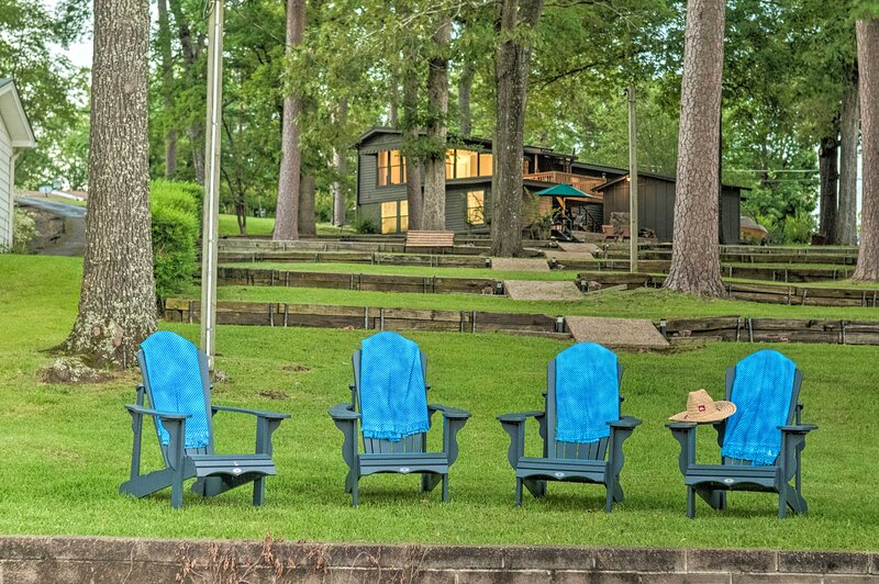 NEW! Waterfront Hot Springs Oasis 6Mi to Downtown!, vacation rental in Lake Hamilton