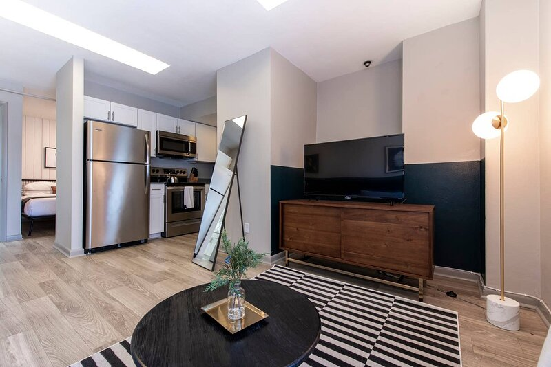 Abode | Vue at 3rd | 1-Bedroom Loft Style Suite, holiday rental in Floyds Knobs