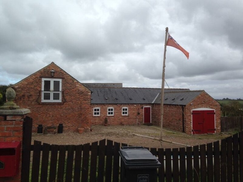 Quaint 4 Bed Barn Conversion Barnhouse Starshinezz, holiday rental in Norton