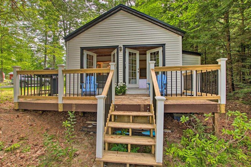 NEW! East Otis Romantic Cottage w/ Deck & BBQ!, holiday rental in East Otis