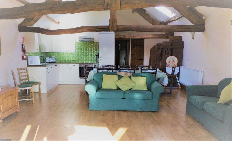 Vale Oak - Vale Oak sleeps 9 with shared indoor swimming pool and hot tub, location de vacances à Gwenddwr