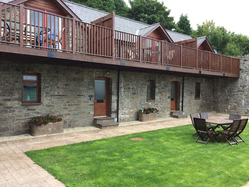 Vale Chestnut - Vale Chestnut sleeps 5 with shared indoor swimming pool and hot, location de vacances à Gwenddwr