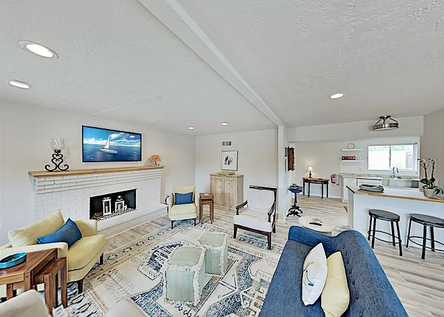 Contemporary Getaway w/ Large Private Backyard - Close to Downtown, holiday rental in Santa Fe