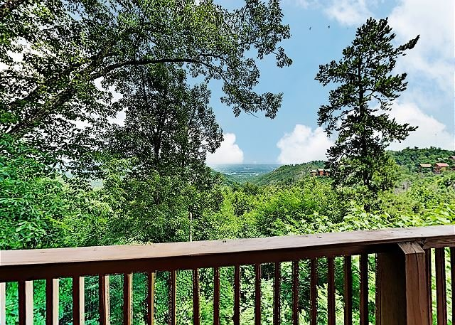 Mountain-View Cabin with Private Hot Tub, Sauna, Home Theater & Pool, vacation rental in Sevierville