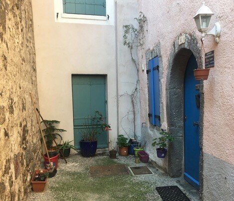 La Petite Maison Rose - a charming traditional stone house in Agde Old Town, vakantiewoning in Herault