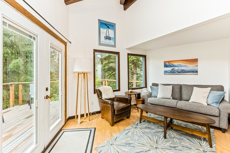 New listing! Contemporary cabin w/ spacious deck, mountain views, & free WiFi!, aluguéis de temporada em Hope