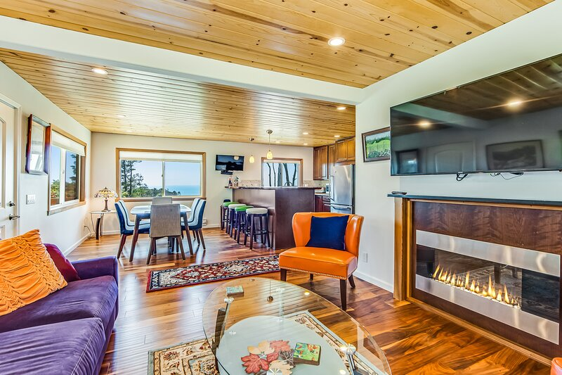 New listing! Lovely home w/ ocean views from decks, dining room, & bedroom, holiday rental in Anchor Bay