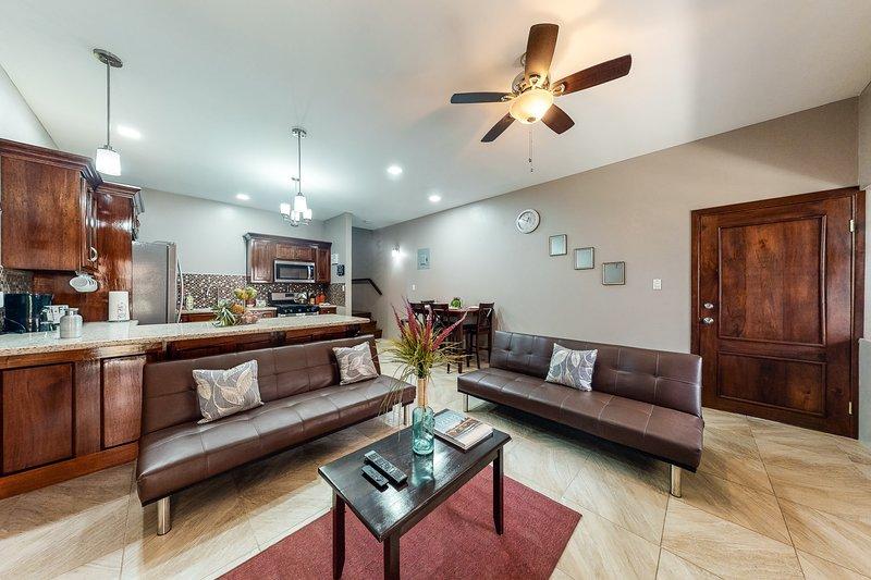 Two-story apartment w/ large deck, hammock, partial AC & WiFi - walk everywhere!, aluguéis de temporada em Unitedville