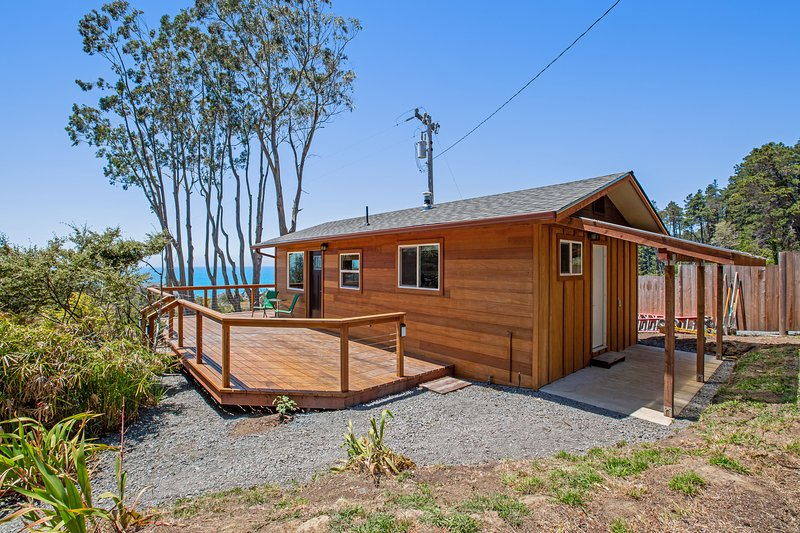 New listing! Lower-level cottage w/ ocean views from the living room & deck, location de vacances à Mendocino County