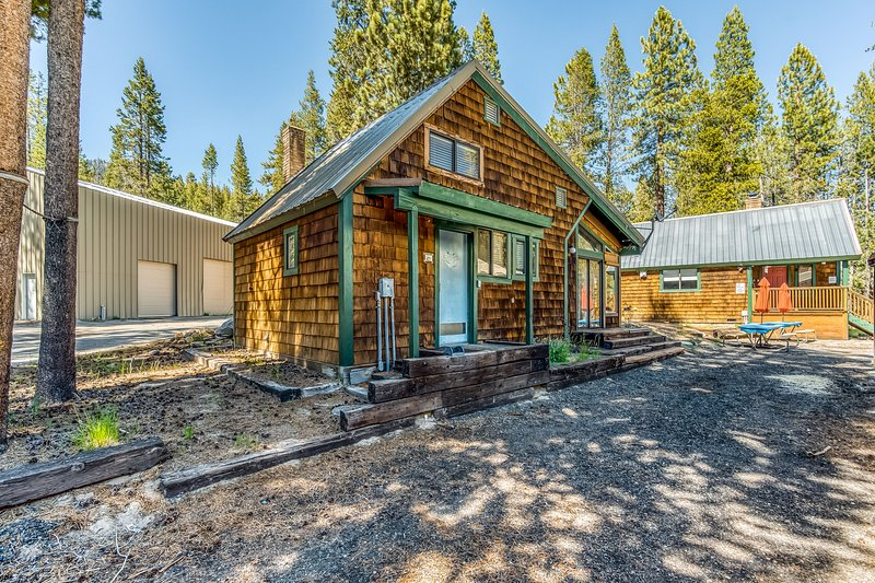 New listing! Rustic cabin w/ wood stove & easy lake access - skiing & hiking!, holiday rental in Huntington Lake