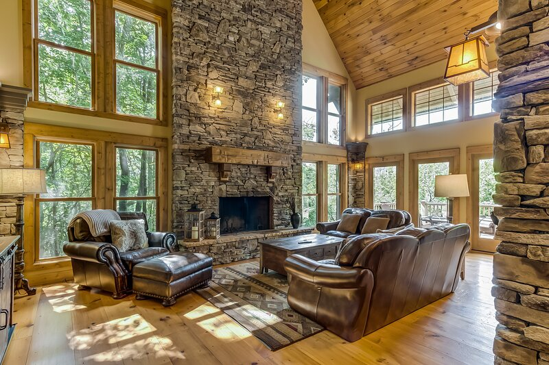 Dog-Friendly Mountain Cabin w/Shared Pool, Views, WiFi, Patio - Walk to the Lake, vacation rental in Big Canoe
