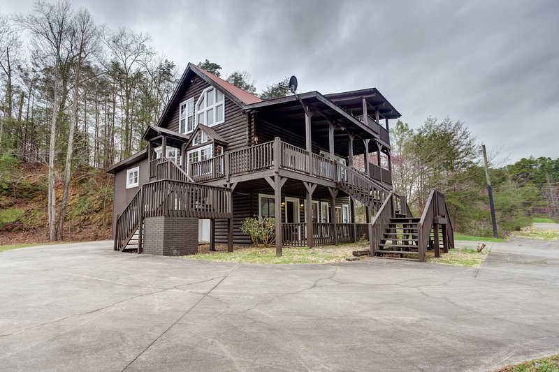 New listing! Roomy, three-story mountain home w/ two full kitchens & decks, location de vacances à Chatsworth