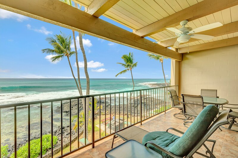 Sunny oceanfront condo w/ shared hot tub and pool, balcony, and washer/dryer!, vacation rental in Island of Hawaii