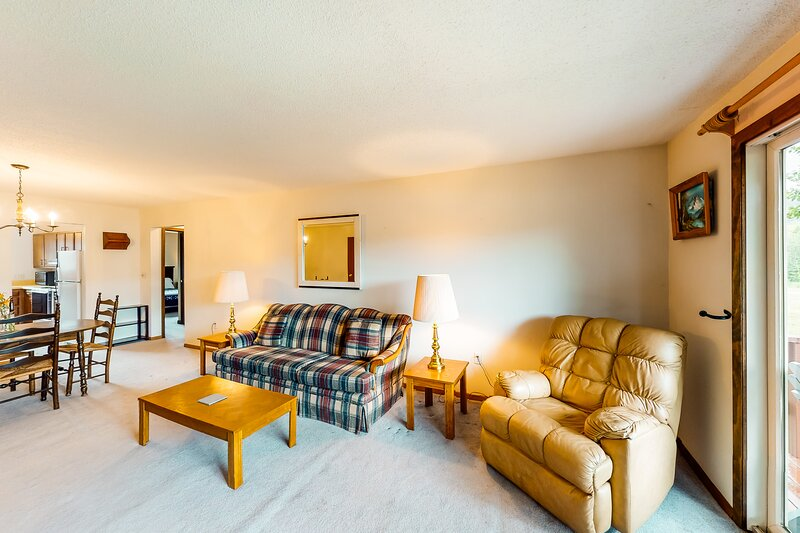 New listing! Cozy lake view condo located on the beach & golf course!, vacation rental in West Forks