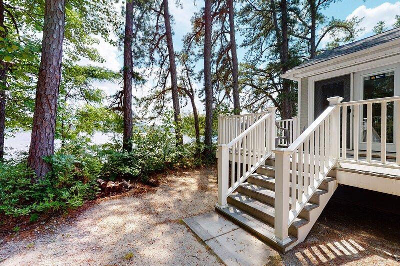 New listing! Quaint lakeside cottage w/ private beach access & comforts of home!, holiday rental in Porter