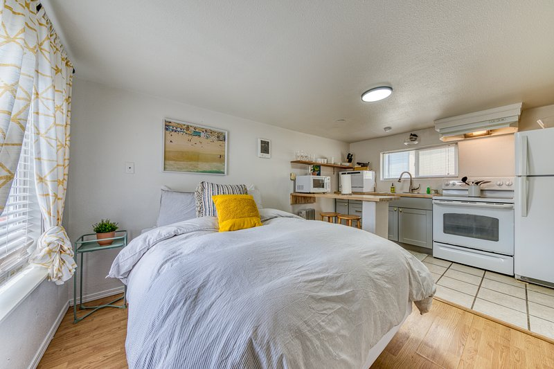 New listing! Adorable dog-friendly studio w/ beach access & shared firepit!, vacation rental in Rockaway Beach