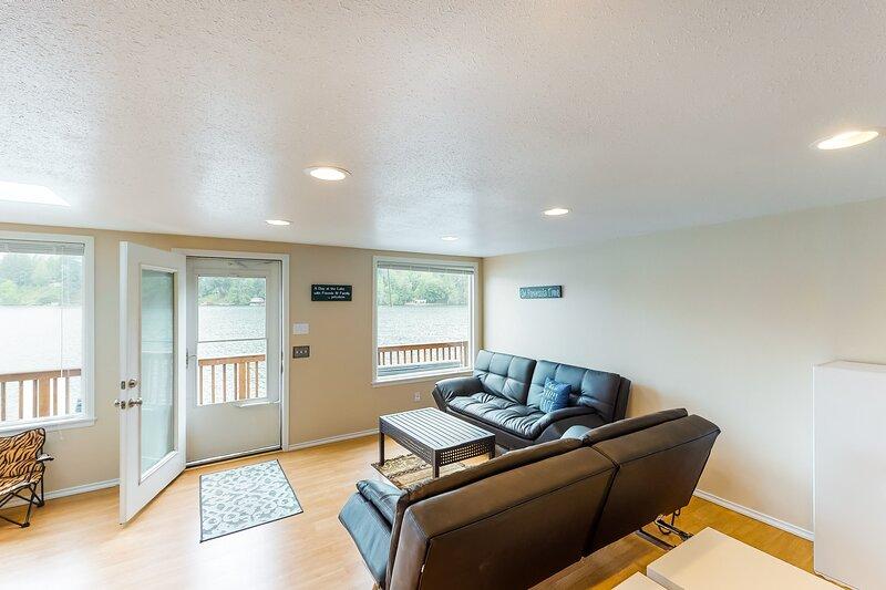 New listing! Secluded, lakefront getaway w/ a full kitchen & furnished deck, aluguéis de temporada em Joyce