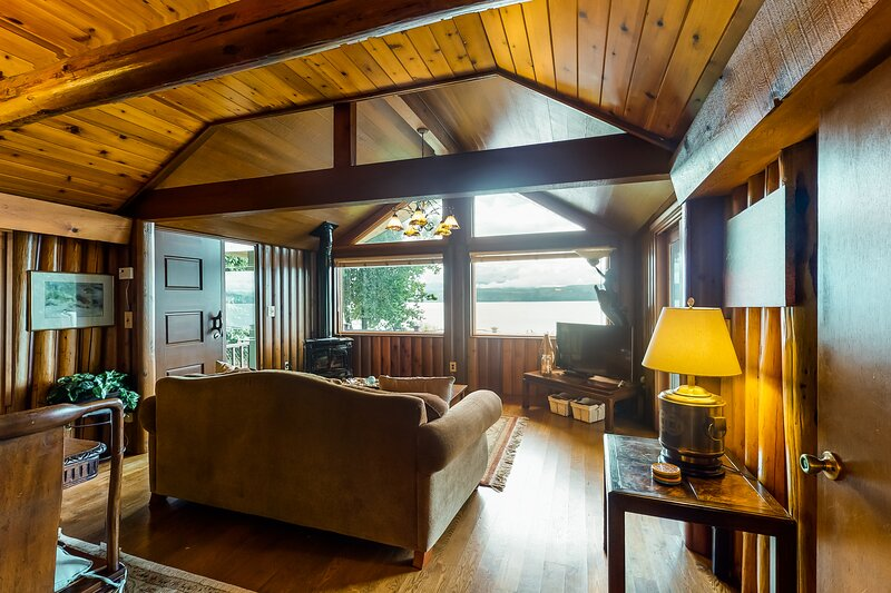 New listing! Waterfront home w/ full kitchen, furnished deck, & incredible views, aluguéis de temporada em Port Gamble