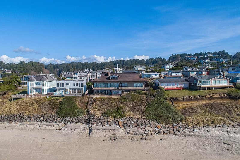 New listing! Stunning oceanfront home w/ private beach access!, vacation rental in Neotsu