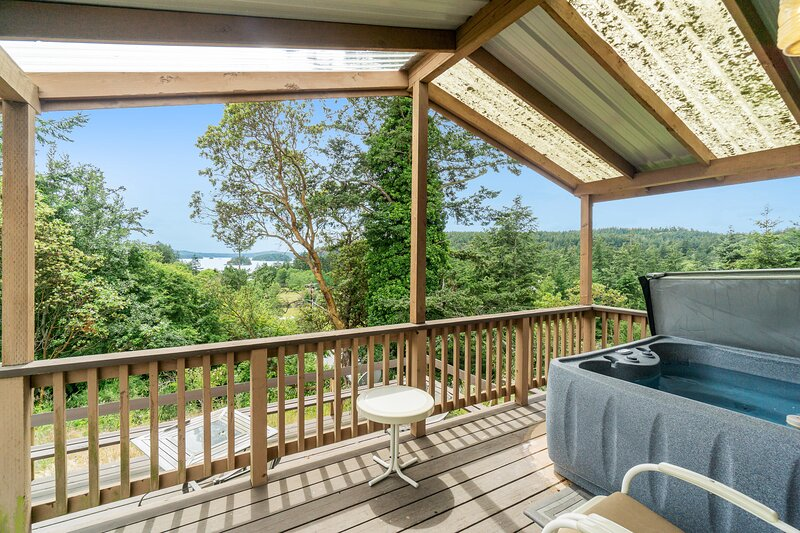 Cabin-style cottages w/ full kitchen, private hot tub, lagoon & Deer Harbor view, vacation rental in Deer Harbor