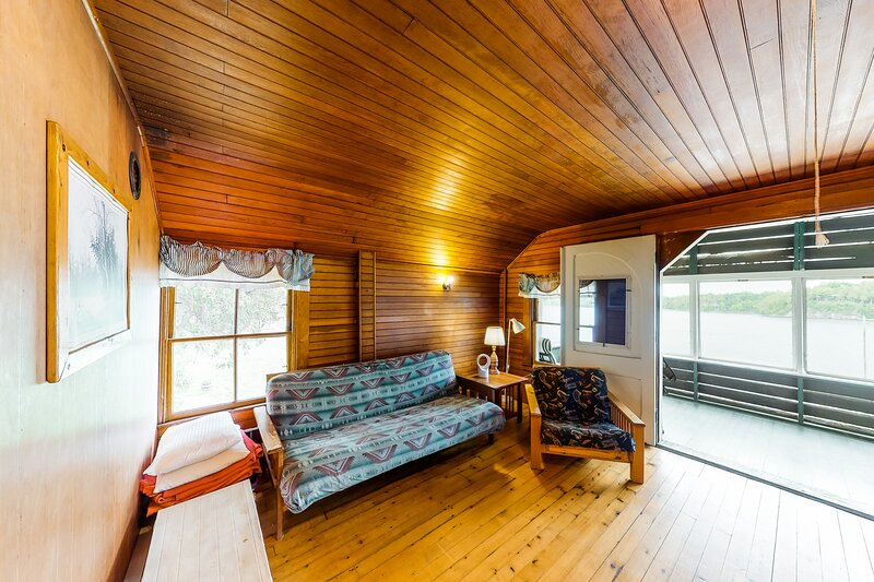 New listing! Dog-friendly home w/ porch & firepit right on the water!, vacation rental in Shelburne