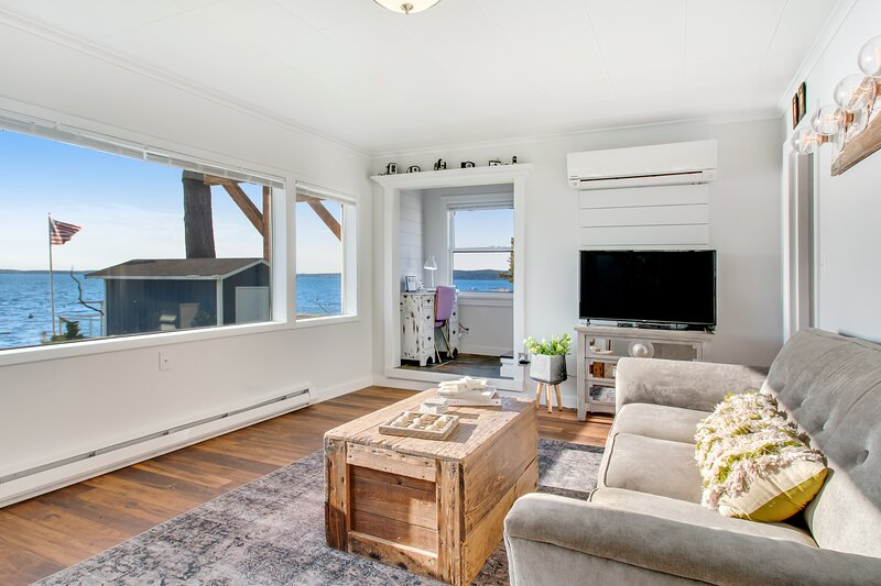 New listing! Pristine, waterfront home w/ a furnished deck & spectacular views, vacation rental in Camano Island