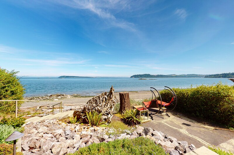 New listing! Bay view cottage w/private beach access & great deck!, holiday rental in Port Ludlow