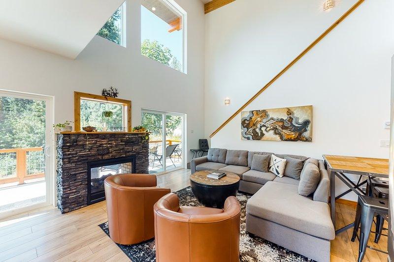 New listing! Newly-built, dog-friendly home w/ a hot tub, views, & private beach, aluguéis de temporada em Coles Corner