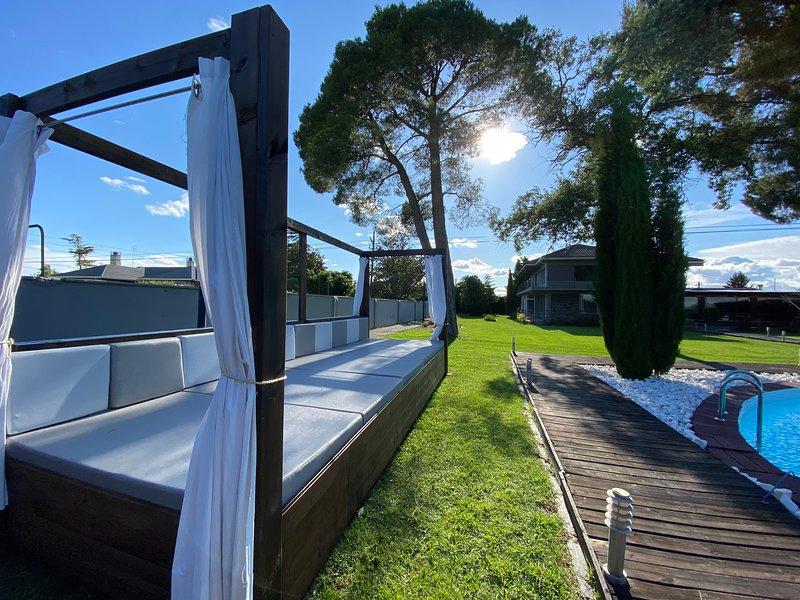 Villa de lujo con piscina decorada al detalle, holiday rental in Zaragoza