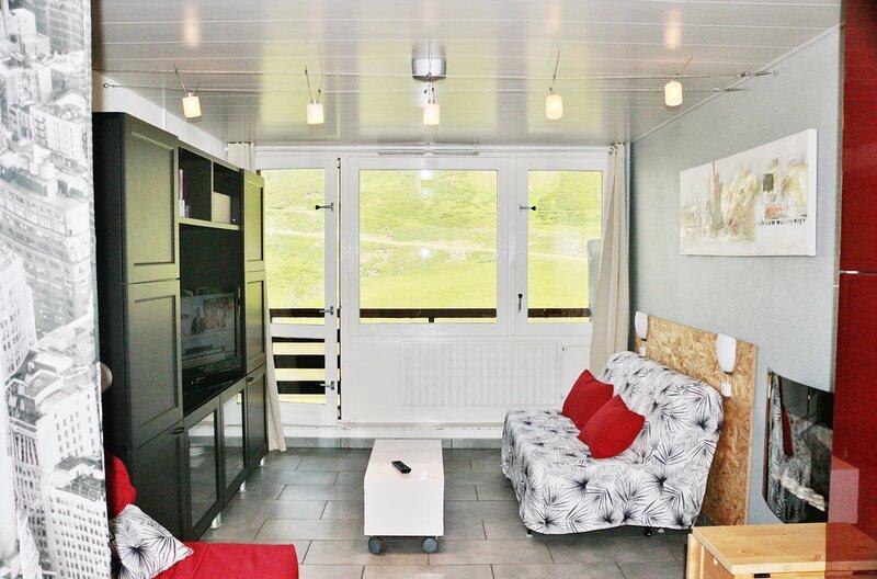 Studio** pied de pistes, balcon plein sud + cellier + parking privé., holiday rental in La Mongie