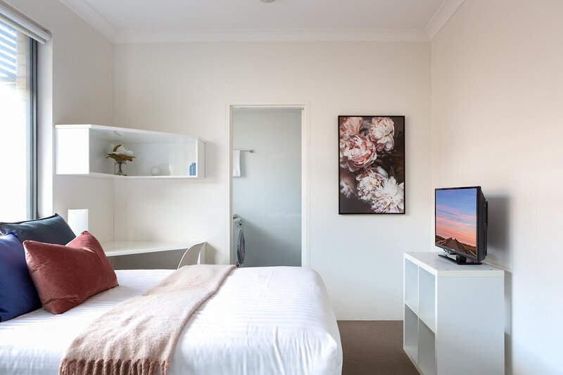 Bright Studio Steps from Westmead Hospital, vacation rental in Granville