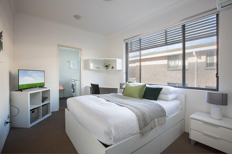 Cosy and Bright Studio Next to Westmead Hospital, vacation rental in Granville