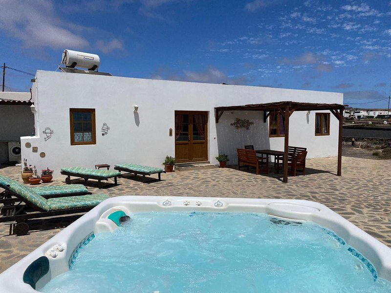 Casita Blanca Is A Delightful 2 Bed Roomed Detached Villa (sleeps 4), holiday rental in Nazaret