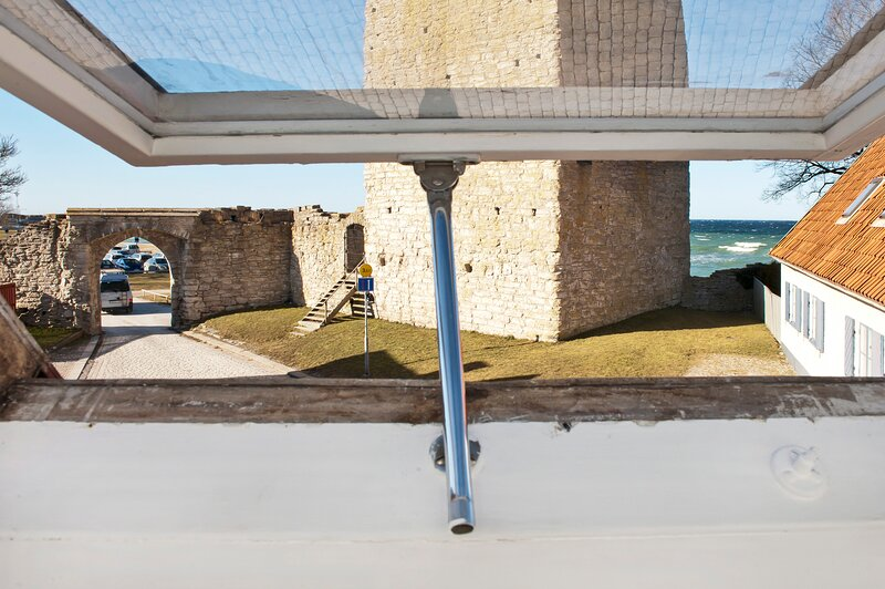 Villa Fiskarporten - sea view from within Visby old town city walls, vacation rental in Gotland