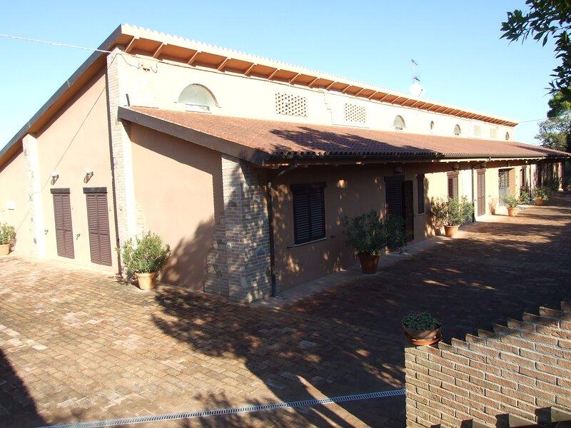 camera doppiamatrimoniale bagno privato uso piscina, location de vacances à Appignano
