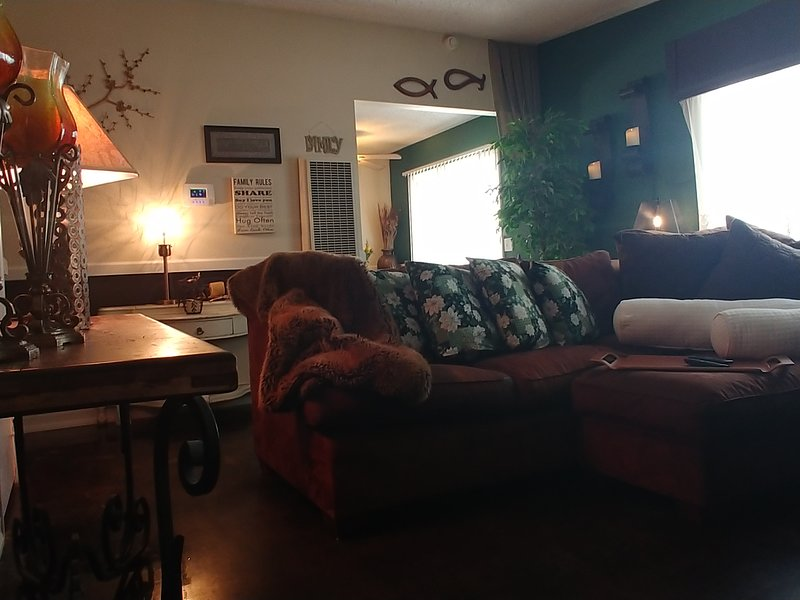 Lou's in JT**HOT TUB* 2Big Screen TVs*Firepit*Pool Table*Large Patio*BBQ&Smoker*, holiday rental in Joshua Tree