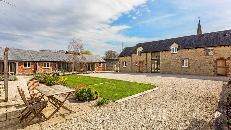 Collection of five spacious barns near Faringdon, holiday rental in Shellingford