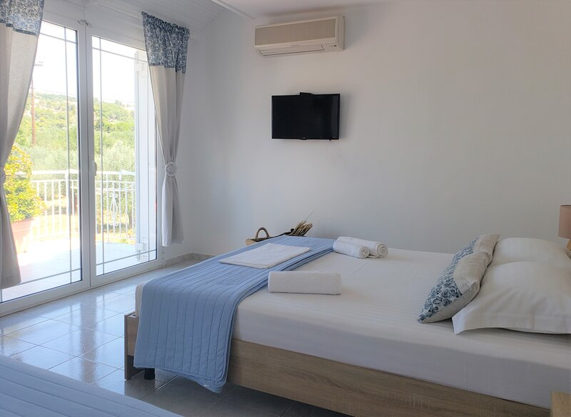 Malibu Master Suite with Balcony (A), holiday rental in Lassi