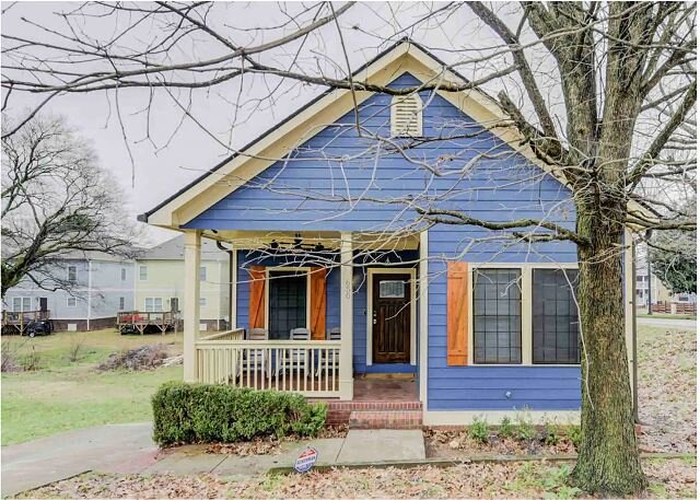 The Blue Cottage with Gourmet Kitchen - Near Downtown, Stadium & Aquarium, holiday rental in Fort McPherson
